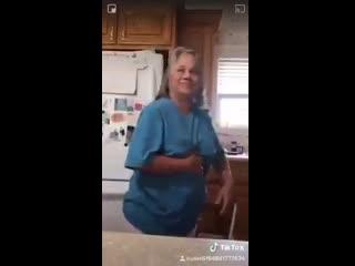 Мам, давай новый танец покажу!