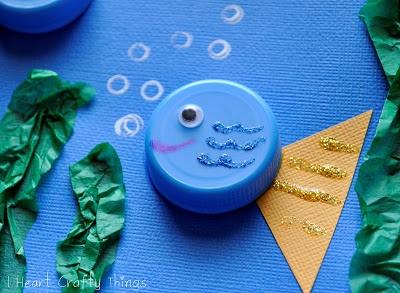 Рыбки из крышек Поделка аппликация на морскую тему с использованием подручных материалов: крышек от пластиковых бутылок. Можно сделать с ребенком на листе прочного голубого картона. Телом рыбки