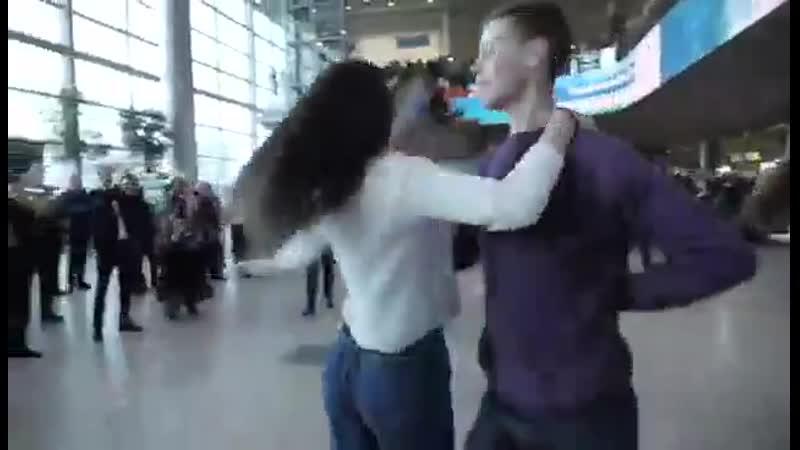 В московском аэропорту Домодедово прошел флешмоб Севастопольский вальс Как в кино