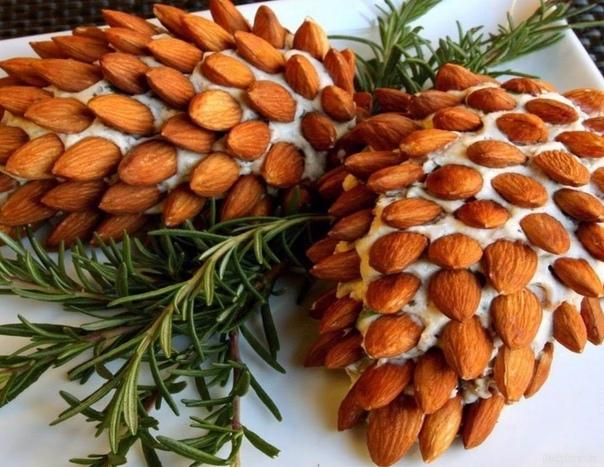 Новогодний caлат Сосновая шишка Салат выкладывать слоями, каждый слой смазывать майонезом. 1 слой - отварной картофель, натертый на терке. 2 слой - копченая курица, мелко порезанная. 3 слой -