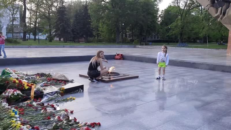 Пьяные украинские мамочки жарят сосиски на Вечном огне в Белой Церкви
