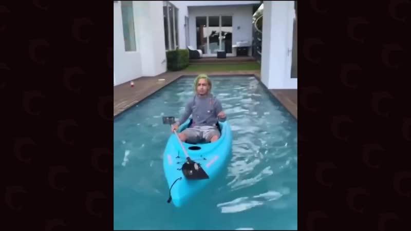 Памп плавает в каноэ в бассейне