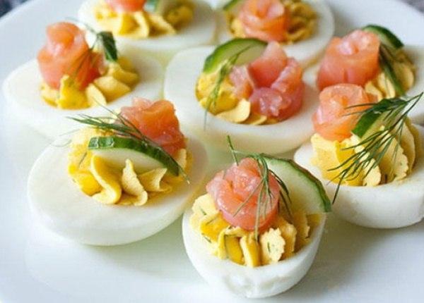 Прaздничная закускa: Фaршированные яйца 25 вариантов для начинки: 1. Обжарьте мелко порезанный лук и смешайте с желтком. 2. Твердый сыр с чесноком, майонезом и желтком. 3. Желток с мелко