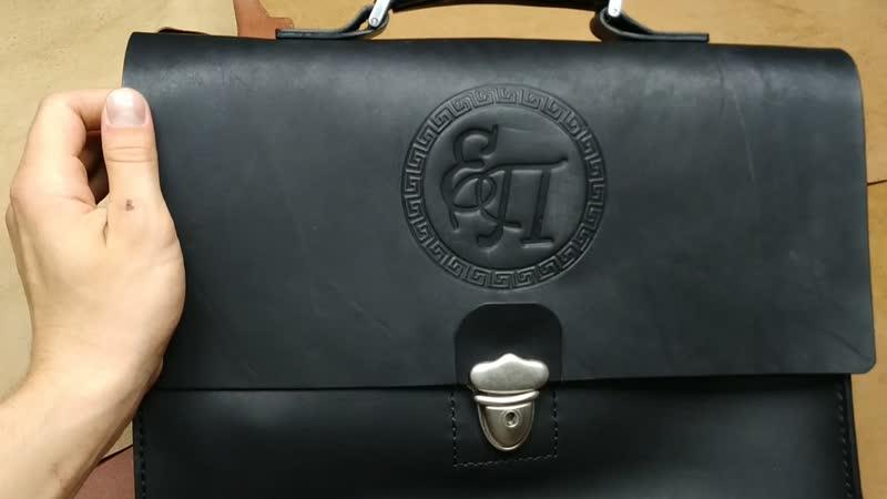 Шикарная именная гравировка на портфеле Как вам