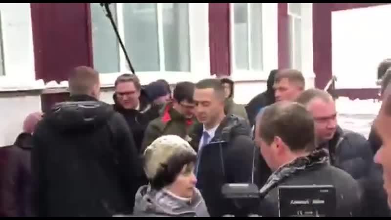 Расейская пенсіянерка стала на калені перад Мядзведзевым