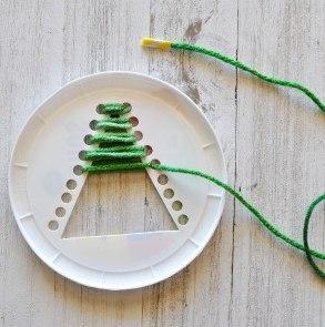 НОВОГОДНЯЯ ПОДЕЛКА ЁЛОЧКА ИЗ ПРЯЖИ Простая новогодняя поделка для детей из картонной крышки (или одноразовой картонной тарелки) и пряжи. Для изготовления этой поделки к Новому году вам также