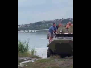 В Харькове десять голых пьяных на БТРе разогнали отдыхающих на пляже