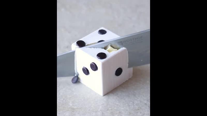Муссовое пирожное из белого шоколада в форме кубика