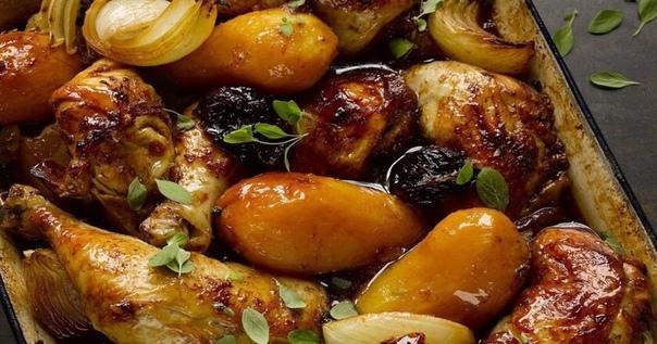 Крутой рецепт Картофеля с черносливом Нужно : Картофель - 500 г Куриное крыло - 500 г Лук - 1 шт. Чернослив - 40 г Подсолнечное масло - 1 ст. л. Петрушка - 20 г Черный перец (молотый) по вкусу