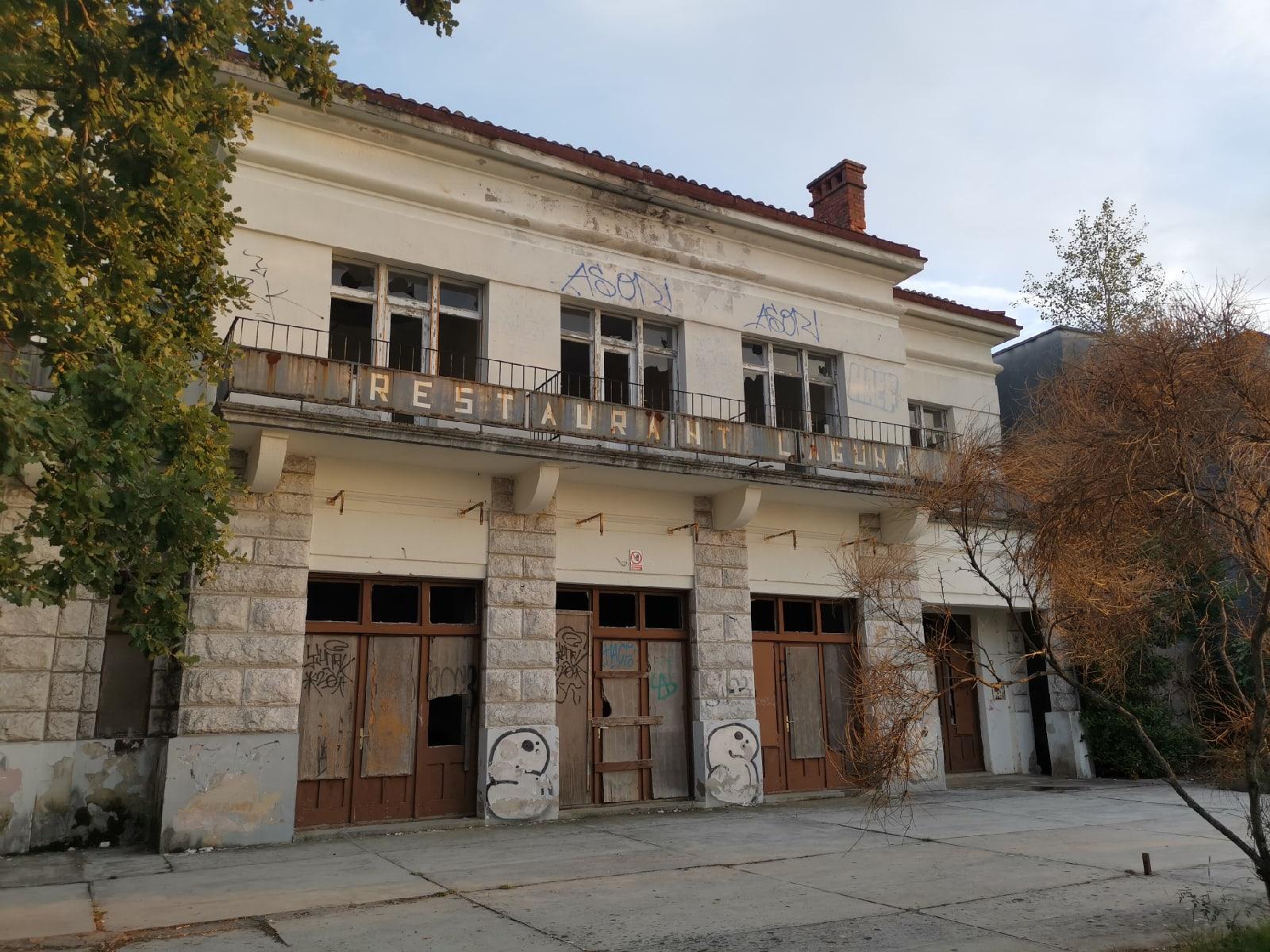 Заброшенный гостиничный комплекс Халудово, Малинска, Хорватия - Фото