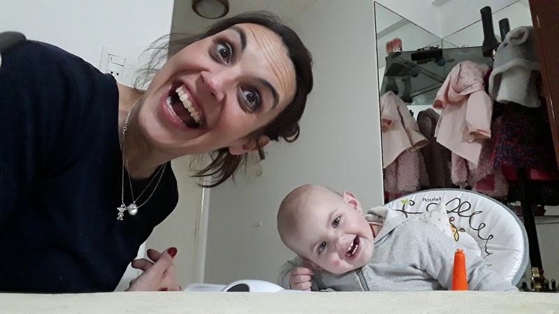 A comer la papa Angelina madre mamá bebe hija nena yogurt papa comer comida