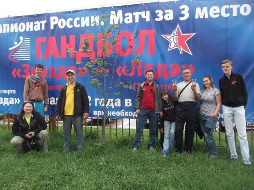 Слева в кепке Евгений Васильев, рядом сидит его жена Марина, самая младшая на фото — их дочь Анна Карпунина