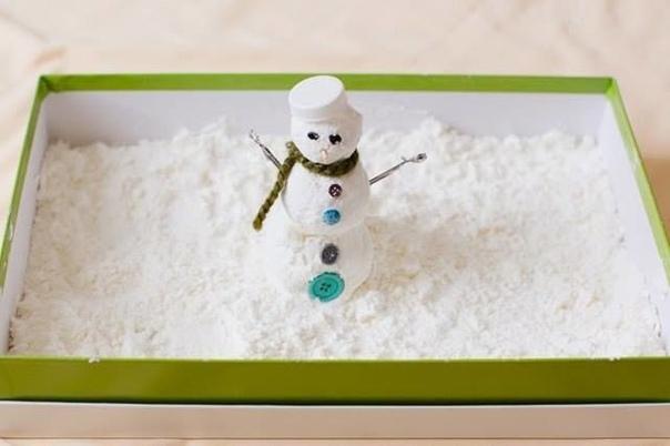 СНЕГ СВОИМИ РУКАМИ Невероятно мягкий на ощупь снег, из которого можно слепить маленького снеговичка! Рецепт очень простой: берете соду и добавляете в нее пену для бритья. Все смешиваете и в