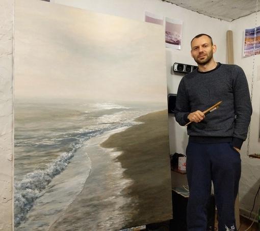 Роман Деркачев родился в 1984 году в городе Саки в семье, где отец трудился строителем, а мама была работником торговли.