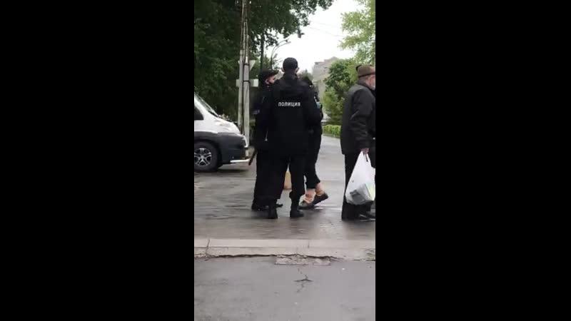 В Брянске толпа полицейских пристала к бабушке без маски Один из силовиков дергал женщину за куртку и всячески провоцировал чт