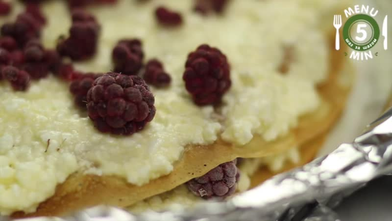 Блинный пирог с творогом и замороженной малиной
