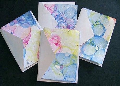 РИСОВАНИЕ МЫЛЬНЫМИ ПУЗЫРЯМИ Здесь есть всё и яркие краски, и возможность подуть в трубочку, чтобы получились пузыри, и волшебство превращения мыльной пены в забавные узоры на бумаге, и развитие