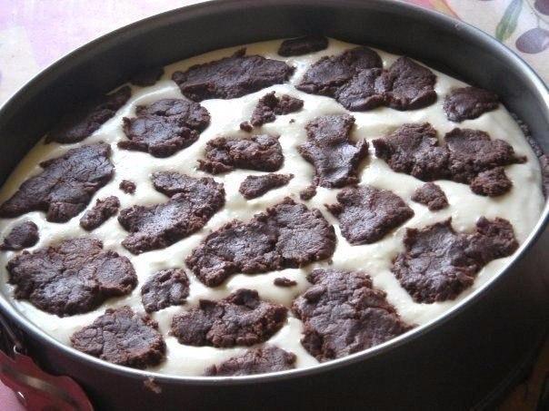Пирог Бурёнка Ингредиенты:Для теста:- Масло сливочное/маргарин 200 г- Сахар 150 г- Яйцо 1 шт- Мука 350 г- Яйцо 1 шт- Какао-порошок 50 г- Разрыхлитель 10 гДля начинки:- Творог нежирный 600 г-
