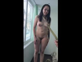 Голую девочку шлепают и унижают на балконе (бдсм bdsm русскую зимой рабыню бьют в ошейнике на поводке на стуле шлюху жену ебут)
