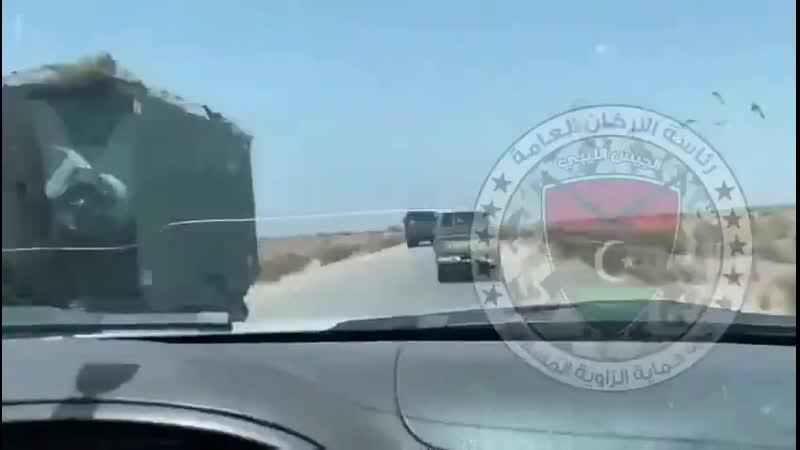 По встречке движется турецкая колонна в направлении базы аль Ватия в Ливии 2 июля 2020