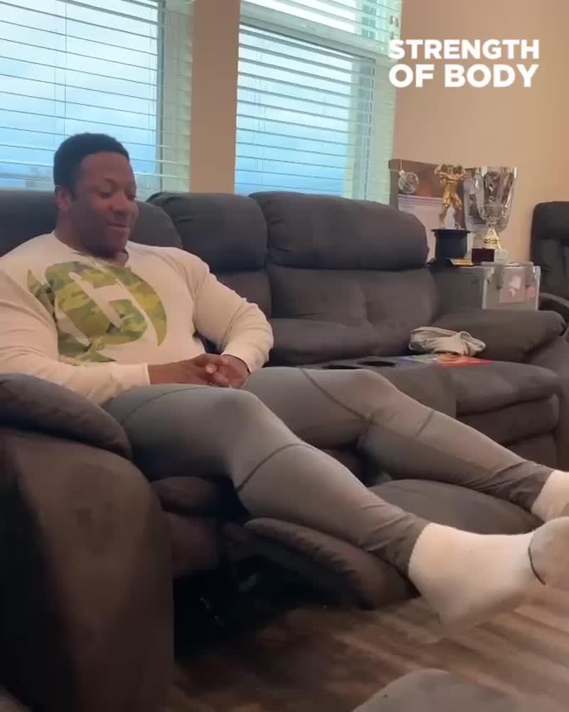 Шикарный диван для тренировки ног дома 😃