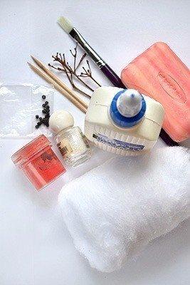 Снеговичок под ёлочку  Ход работы :Понадобится: вата, клей ПВА, мыло, вода, зубочистки, веточки для рук. Можно добавить блестки. Для носа-морковки: вата, зубочистка, клей, оранжевая краска.1.